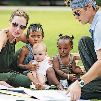 angelina-jolie-brad-pit-with-her-kids